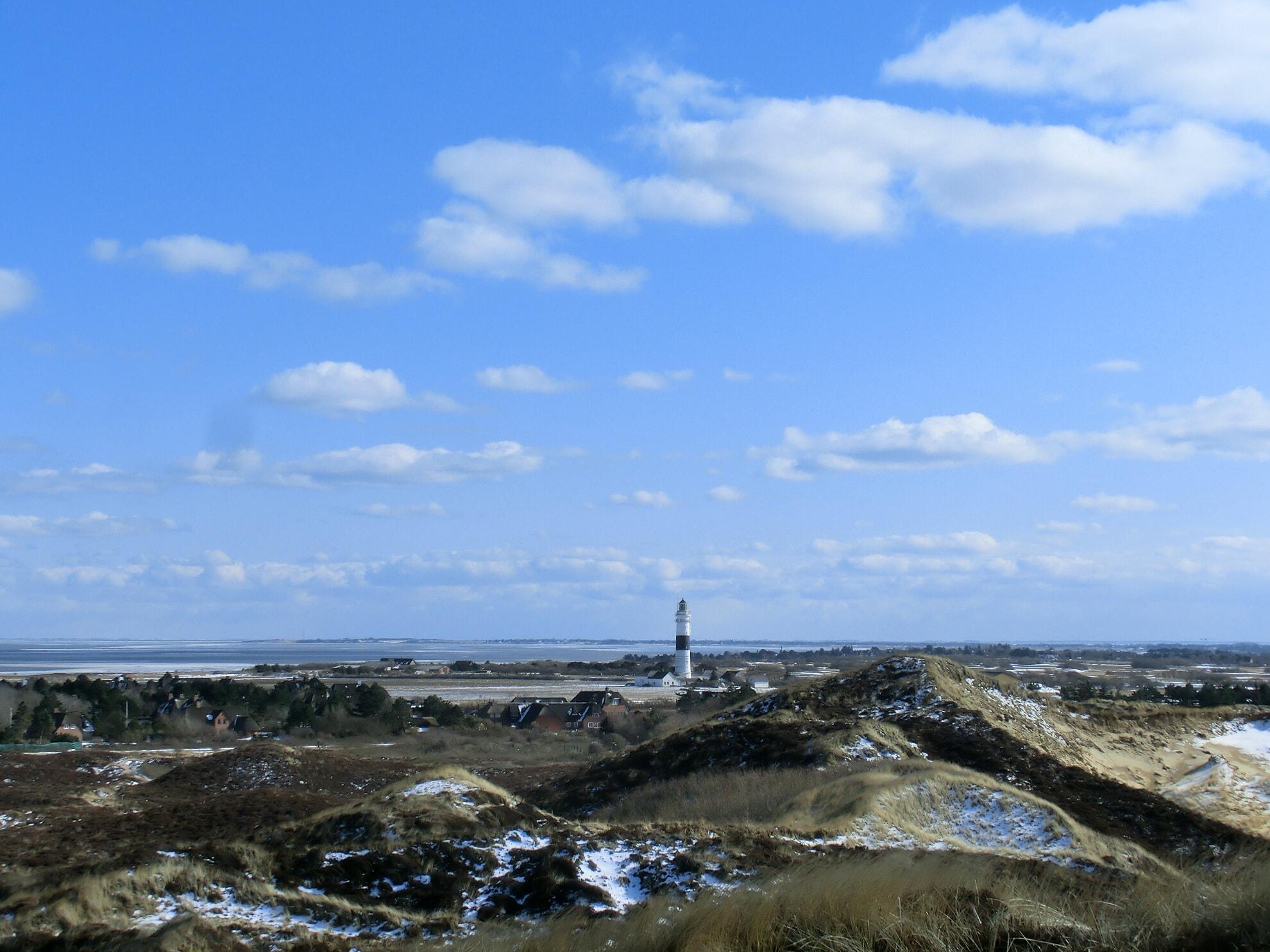 Blick auf den Kampener Leuchtturm im Winter