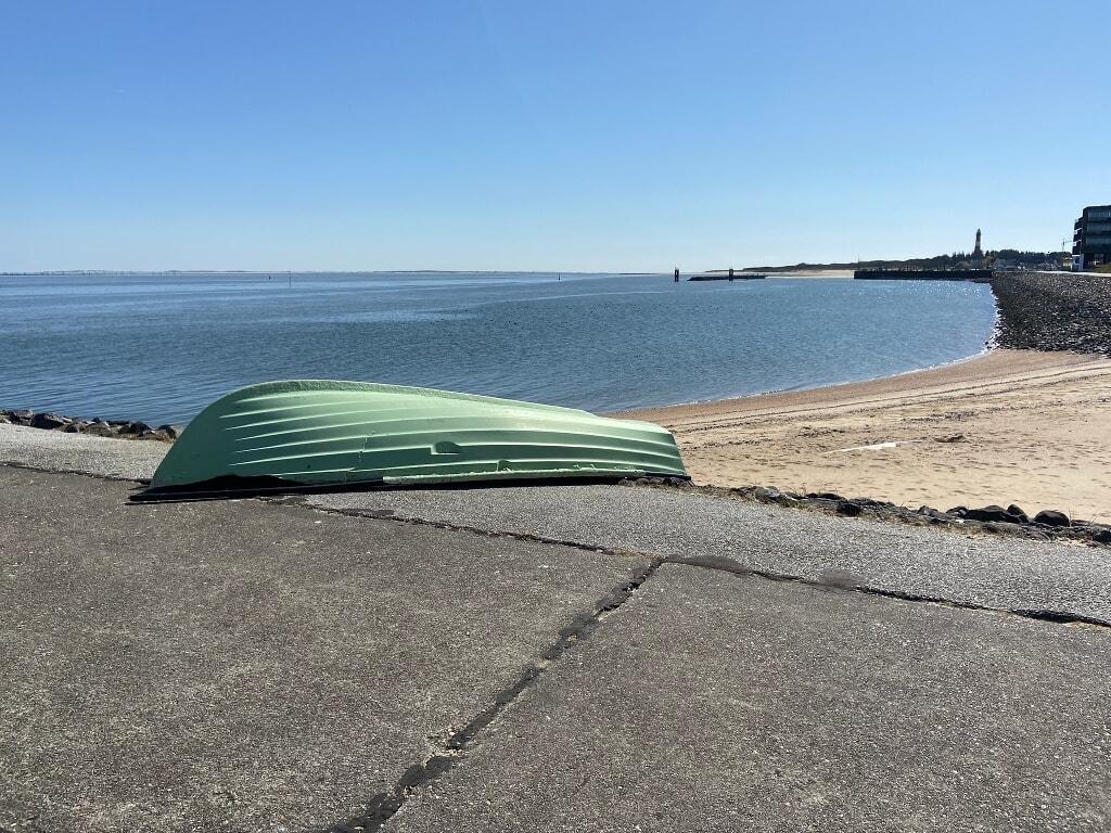 Boot mit Hörnumer Hafen im Hintergrund