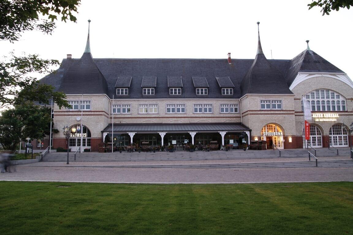 Rathaus und Spielhalle