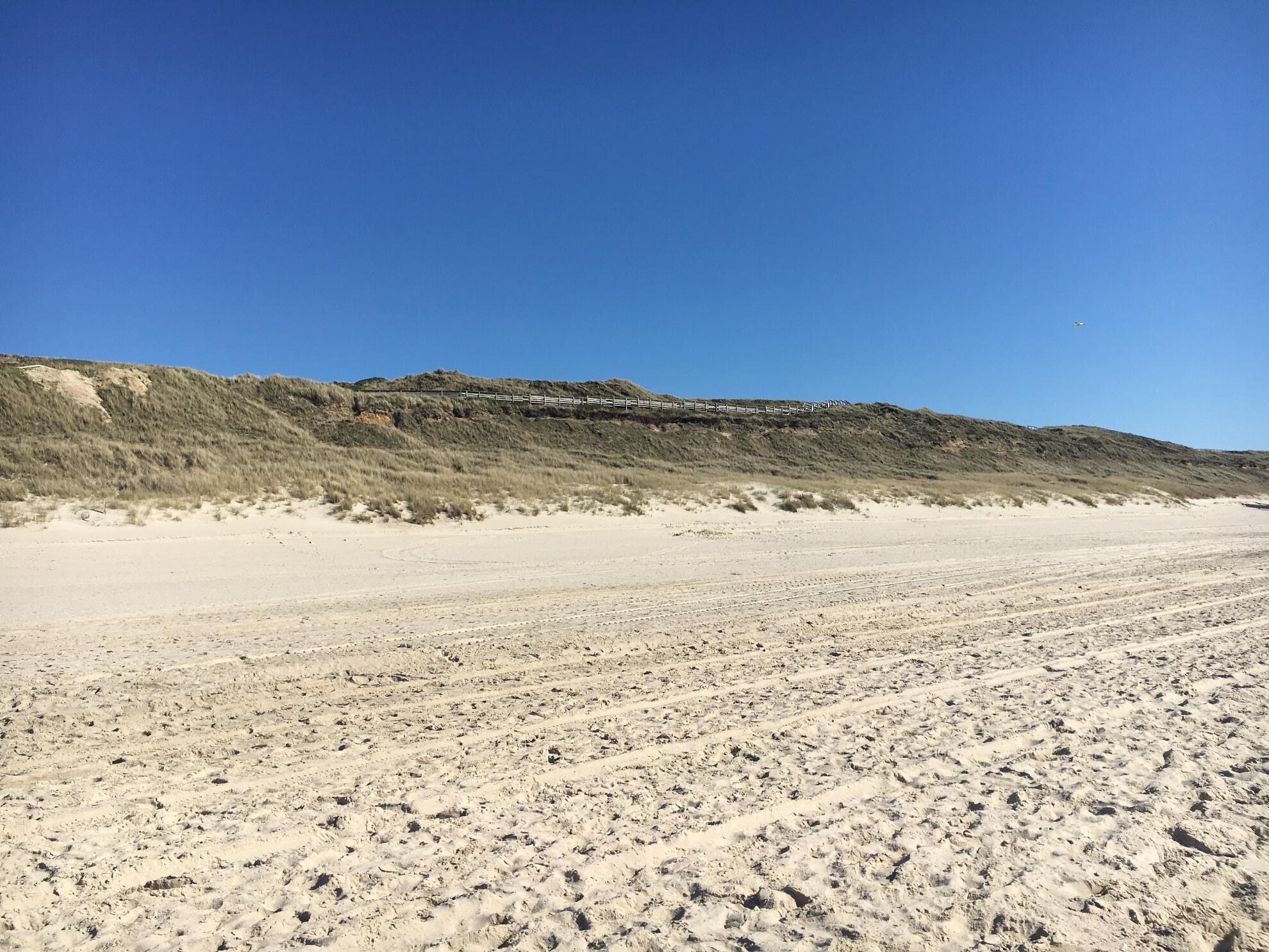 Blick auf die Strandtreppe vom Strand aus