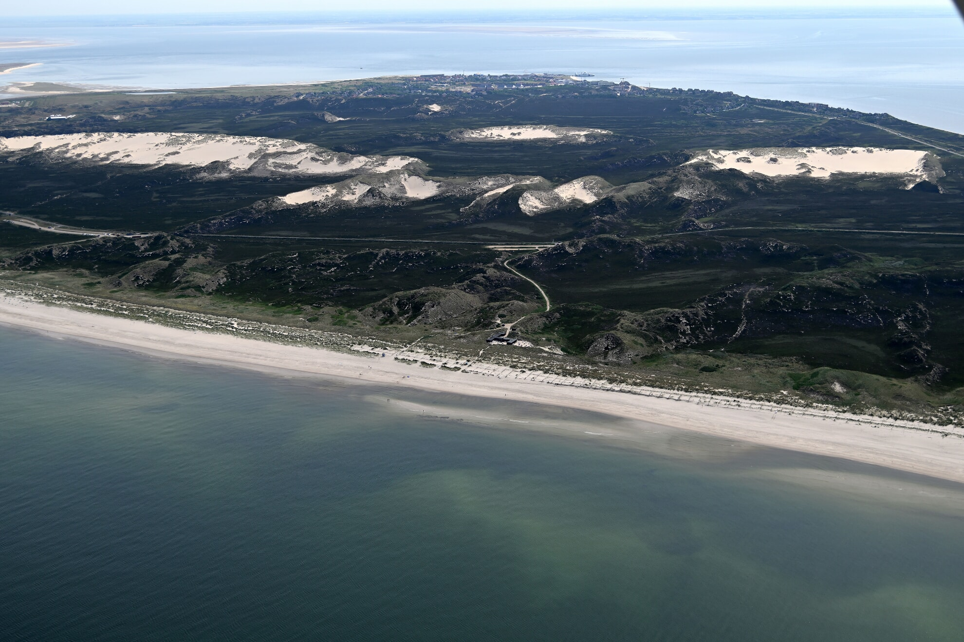 Wanderdünen mit Blick auf die Strandsauna und im Hintergrund List auf Sylt