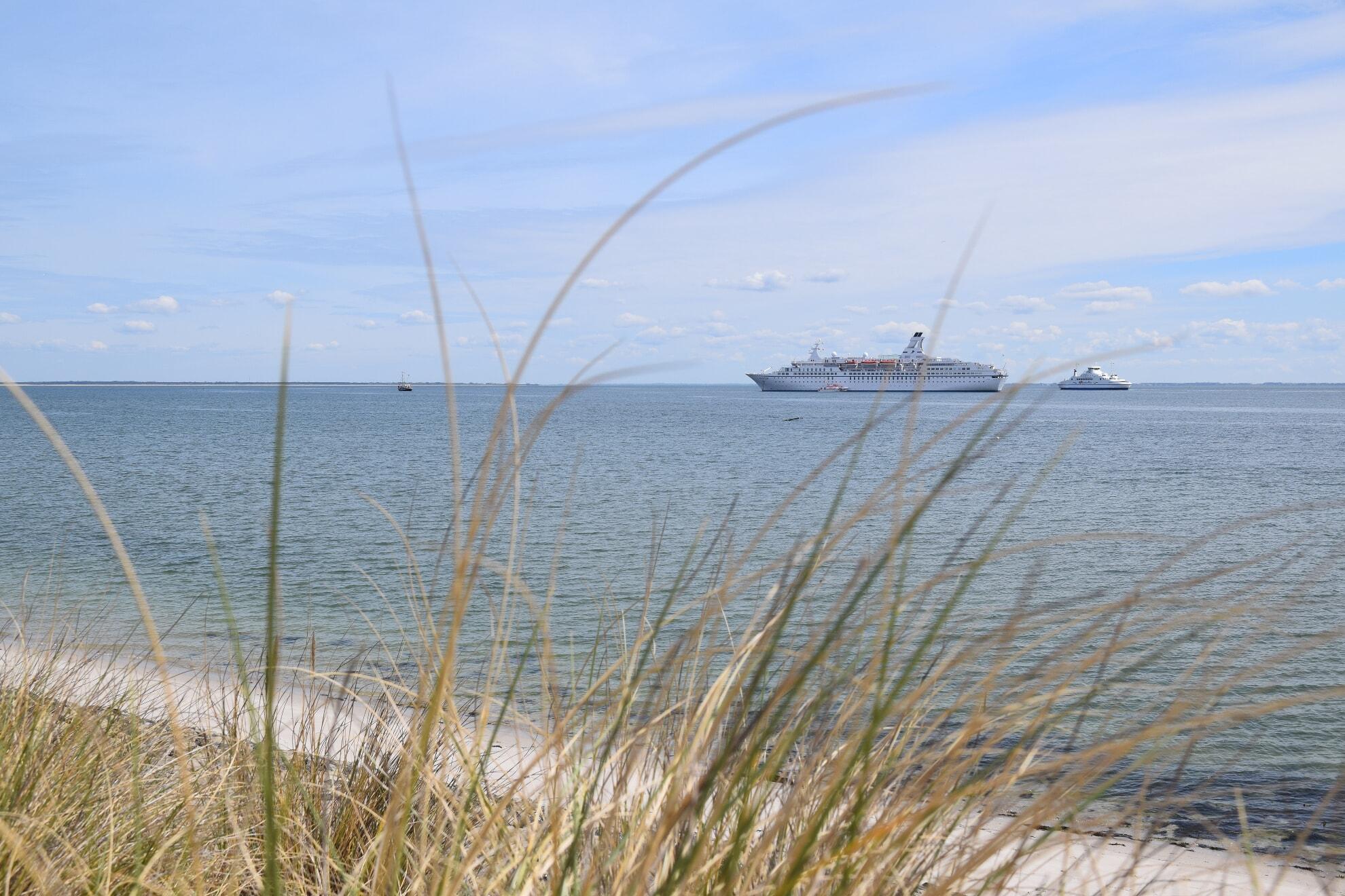 Die Syltfähre passiert das Kreuzfahrtschiff MS Astor