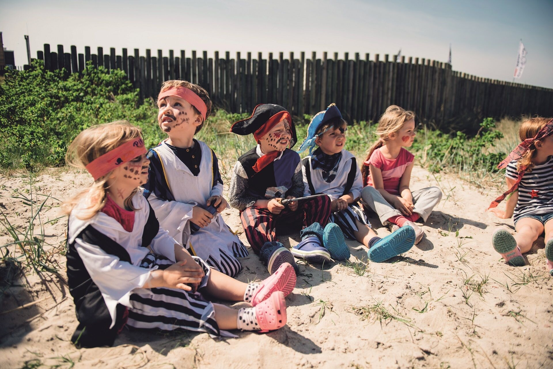 Kinder vor der Villa Kunterbunt