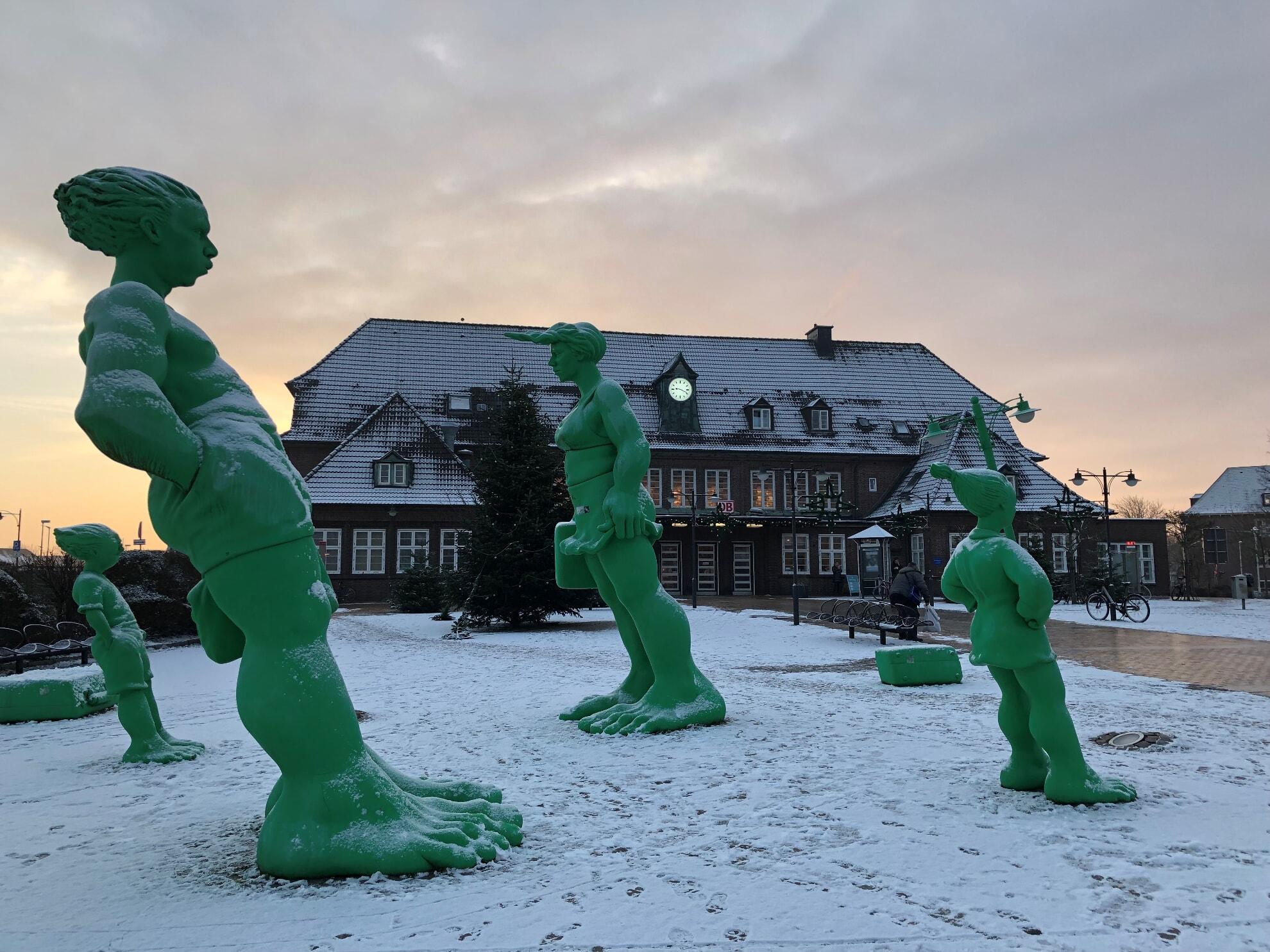 Die reisenden Riesen bei Schnee vor dem Bahnhof Westerland