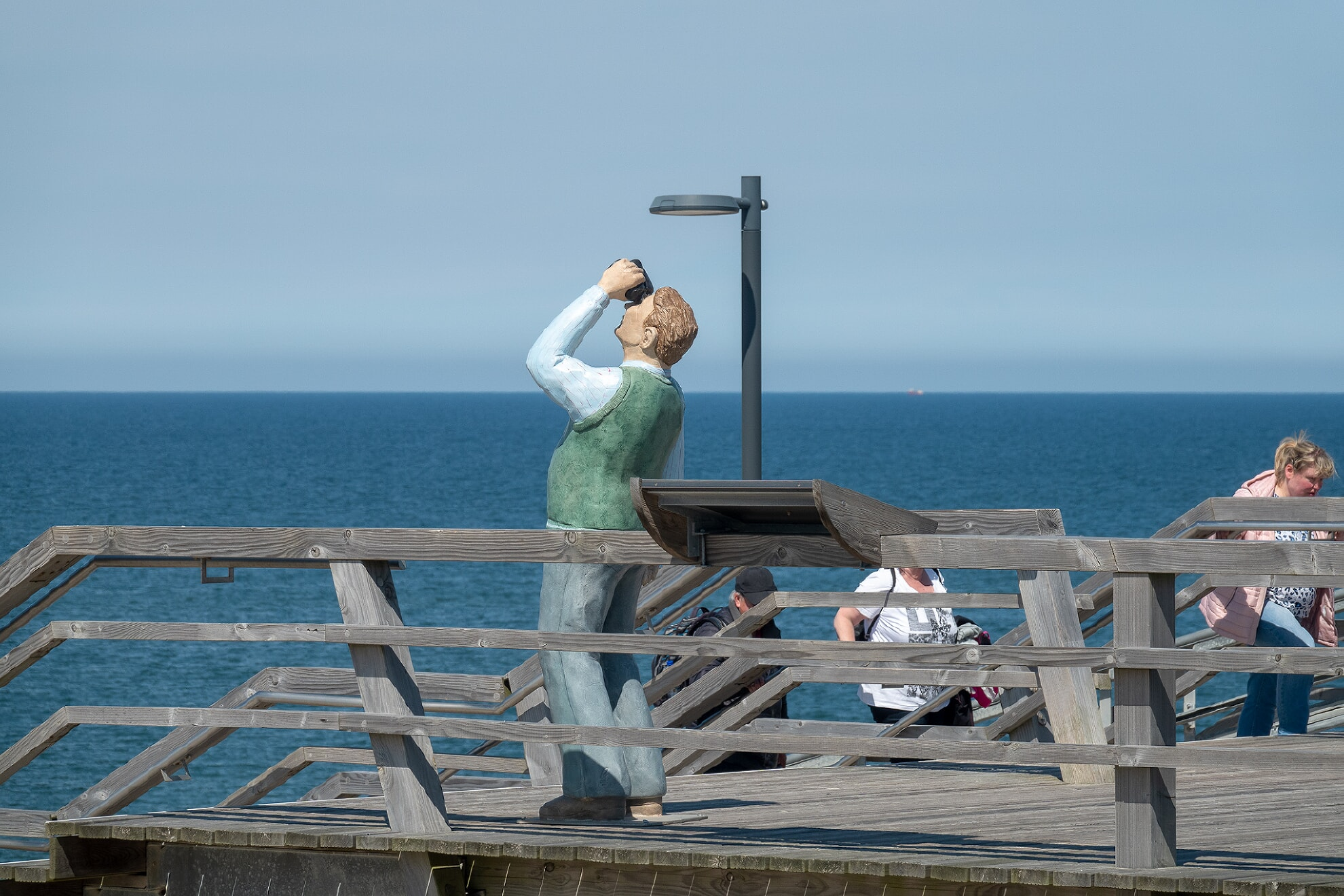 Mann mit Fernglas auf der Haupttreppe
