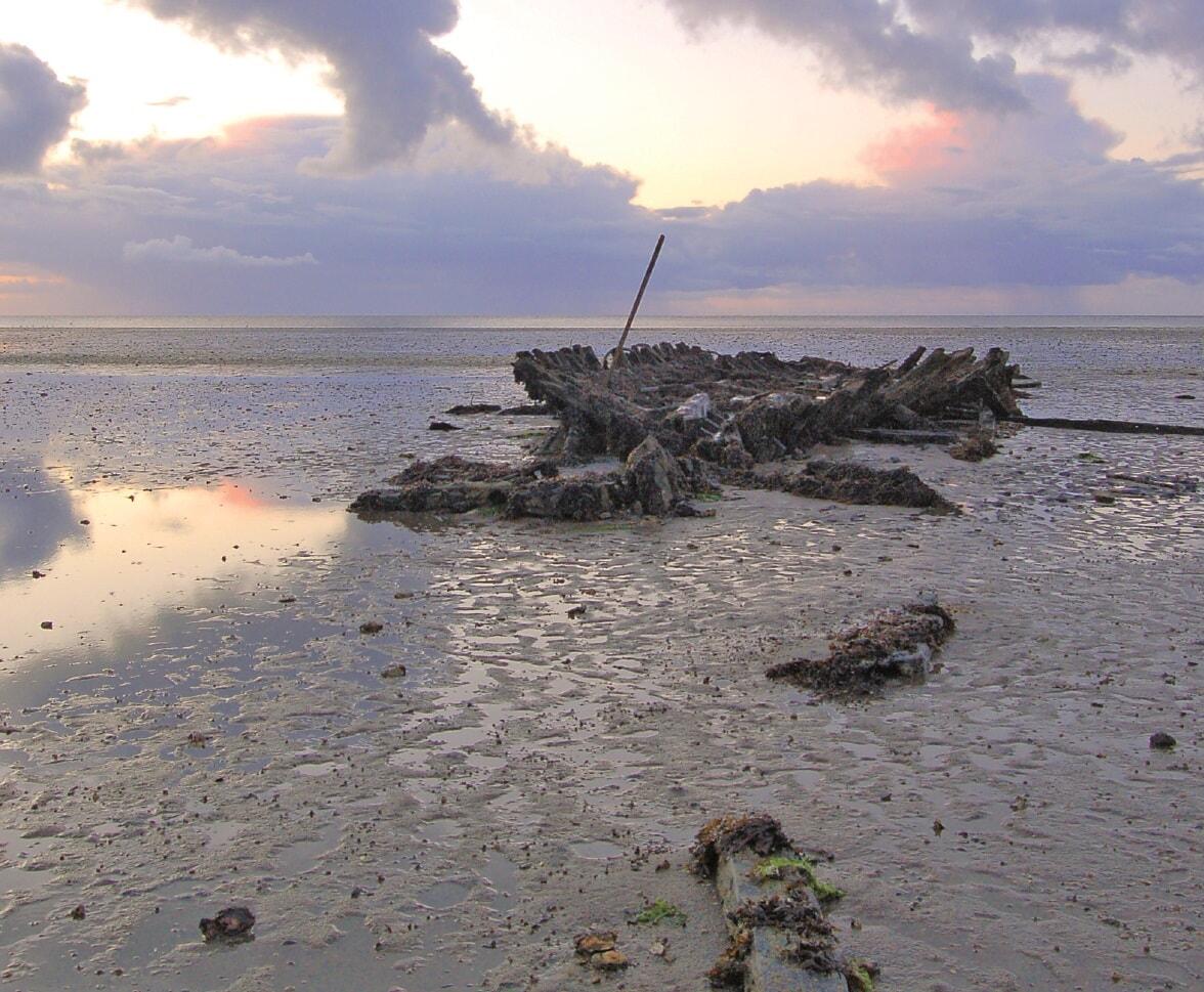 Das Schiffswrack ist nur bei Ebbe sichtbar