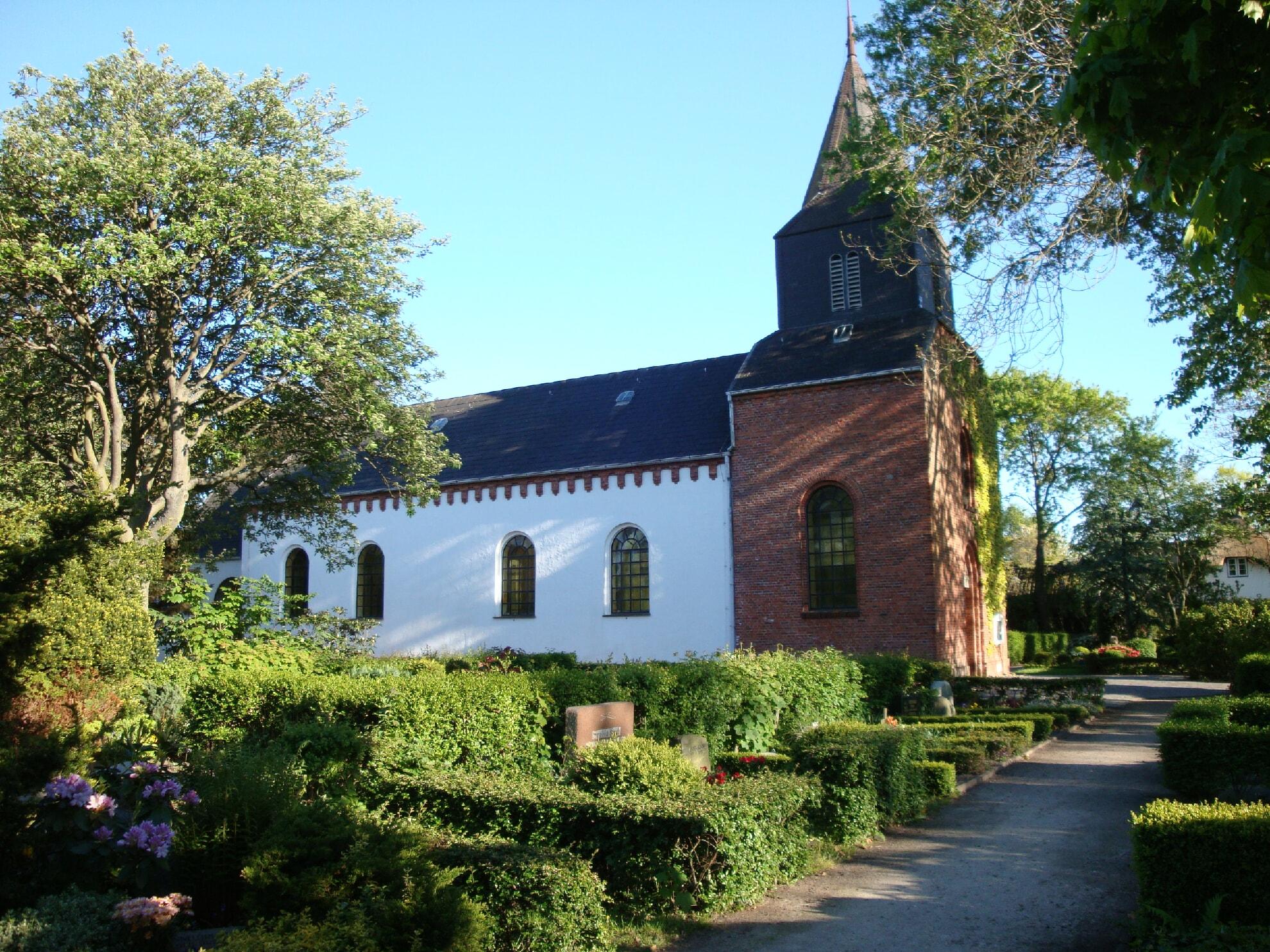 Der Friedhof an der Kirche St. Niels in Westerland