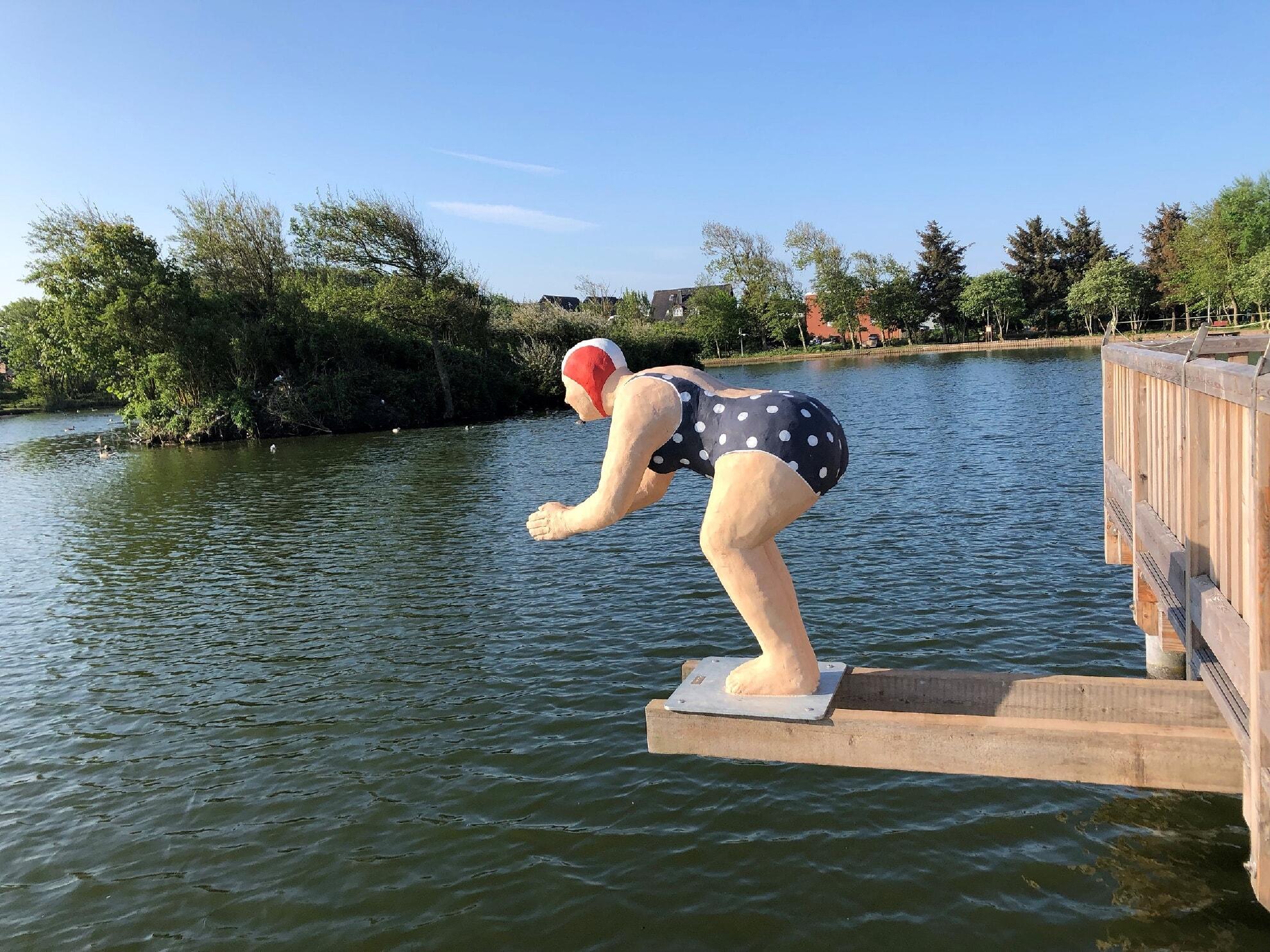Schwimmerin am Dorfteich