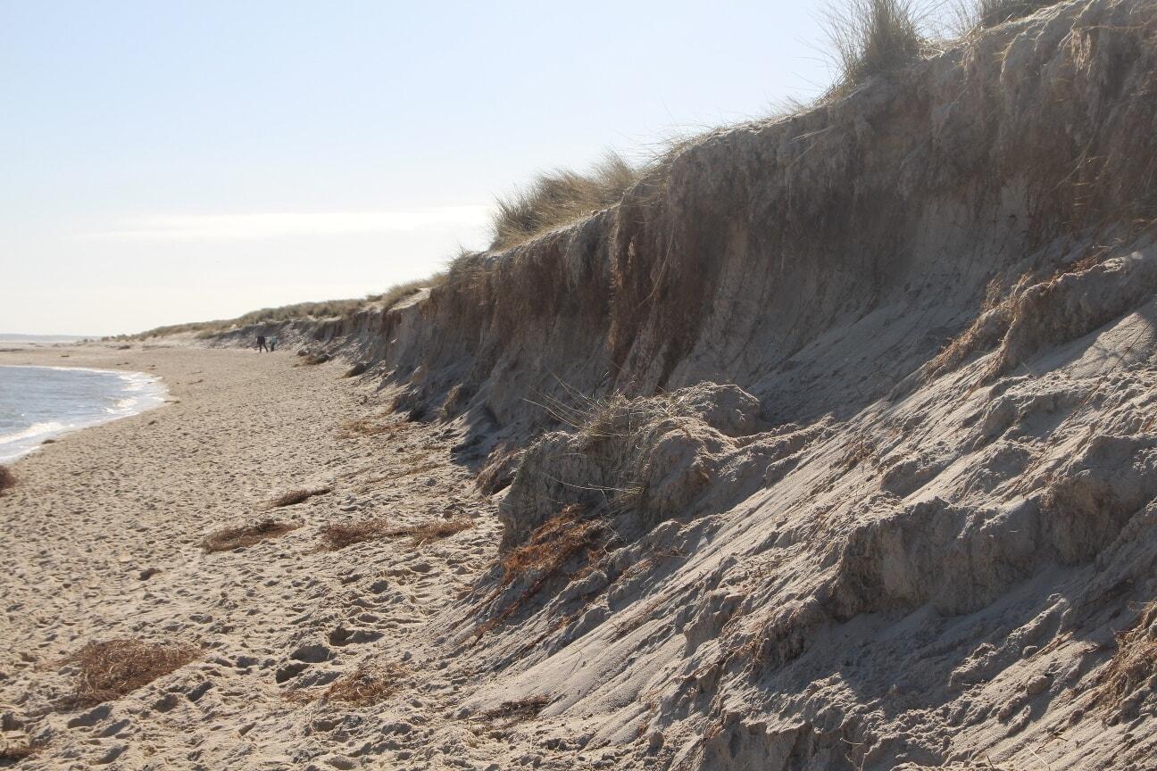 Wellen und Wind nagen am Strand und lassen die Südspitze schrumpfen.
