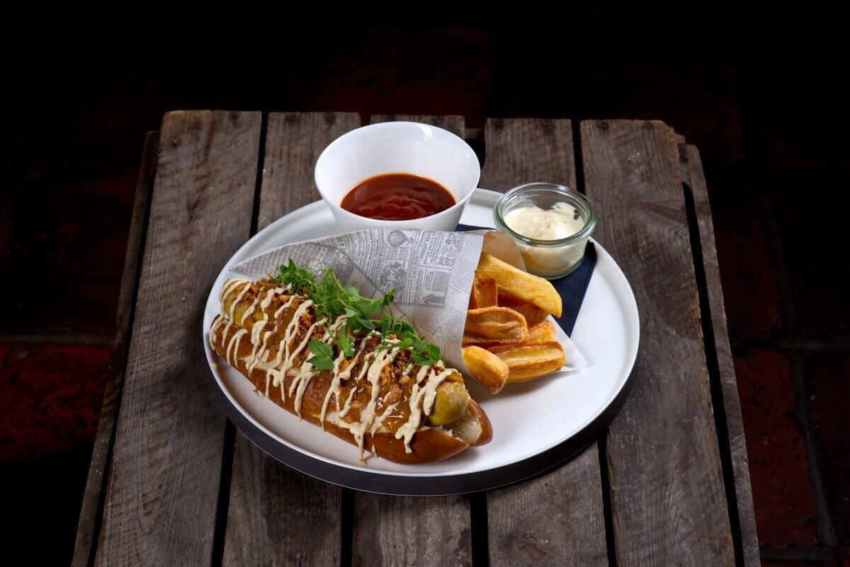 Bratwurst in Brötchen im Restaurant Brot + Bier