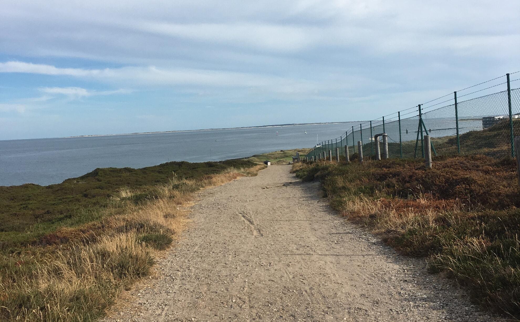 Wanderweg mit Blick auf das Wattenmeer