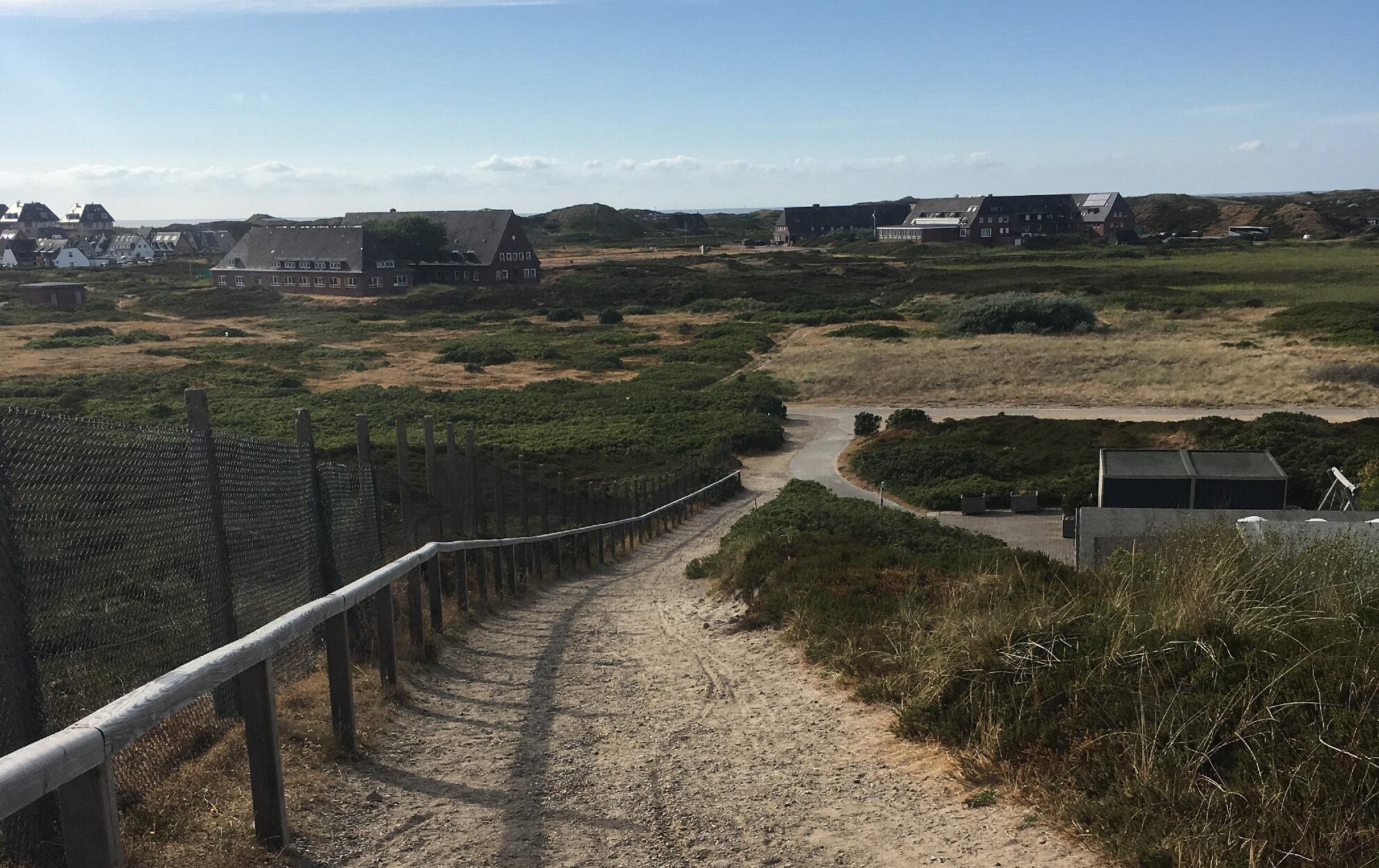 andere Seite der Düne mit Blick auf das Schullandheim