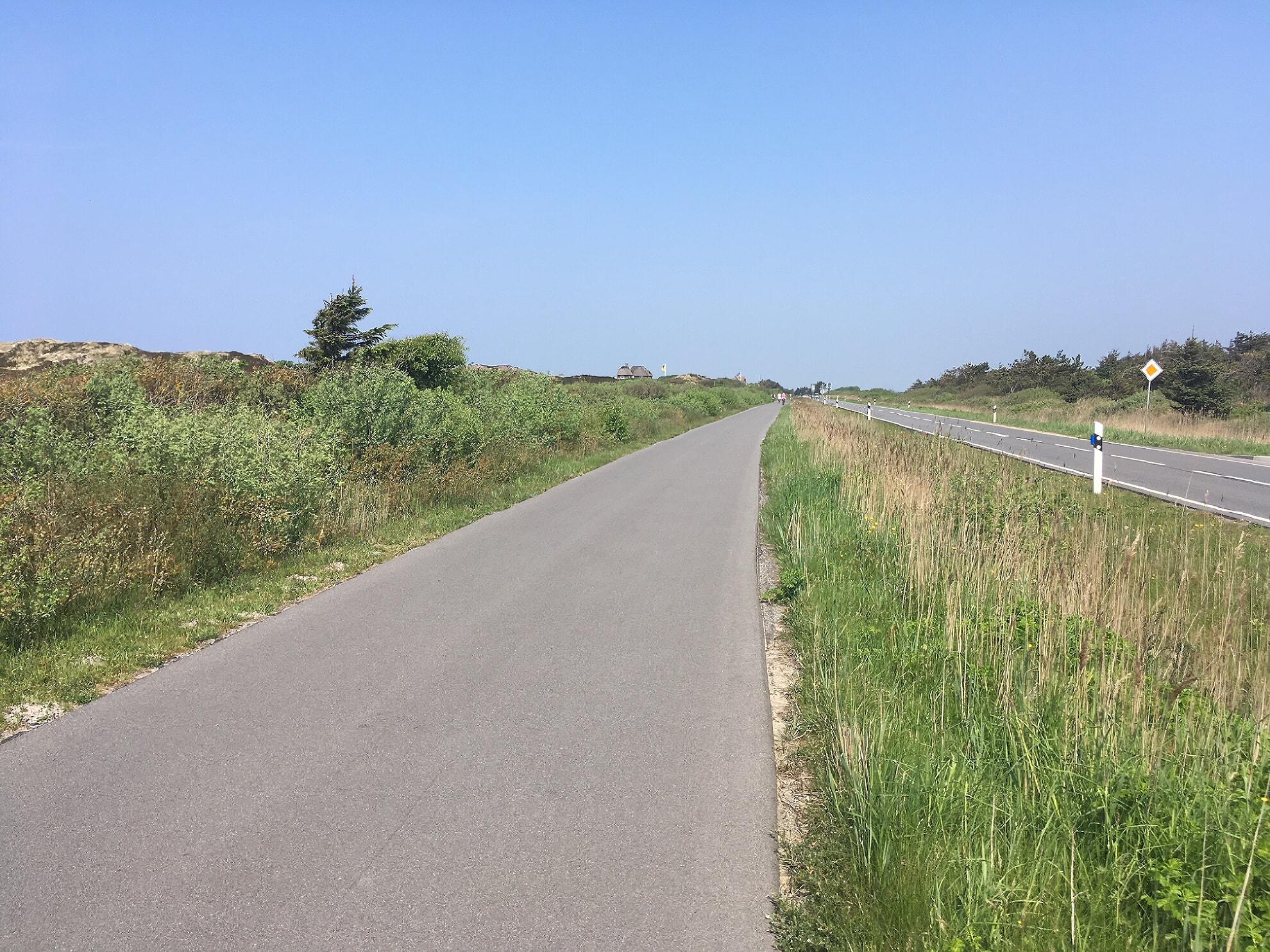 Breiter asphaltierter Weg nach Rantum