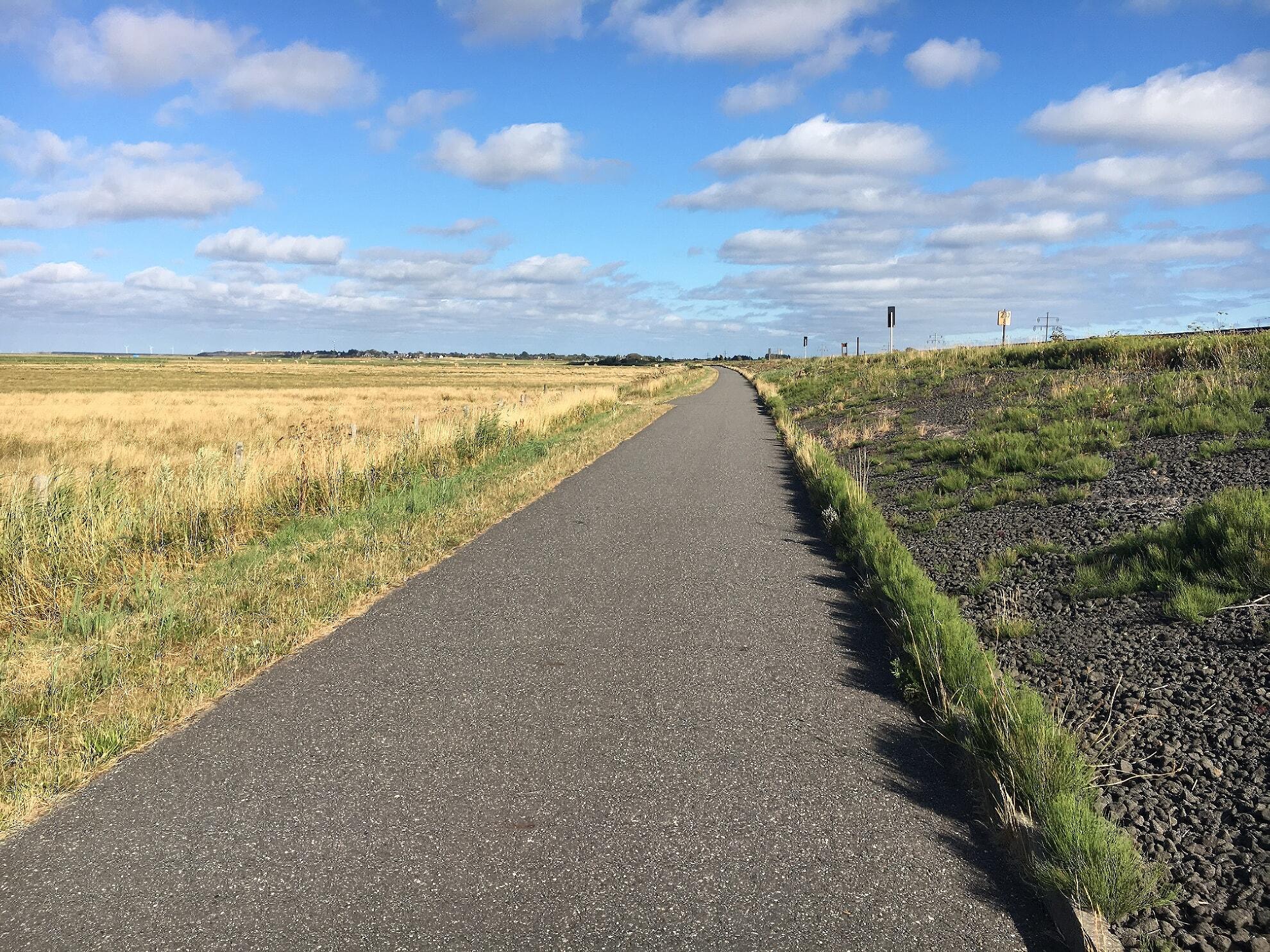 autofreier Weg direkt an der Bahnstrecke
