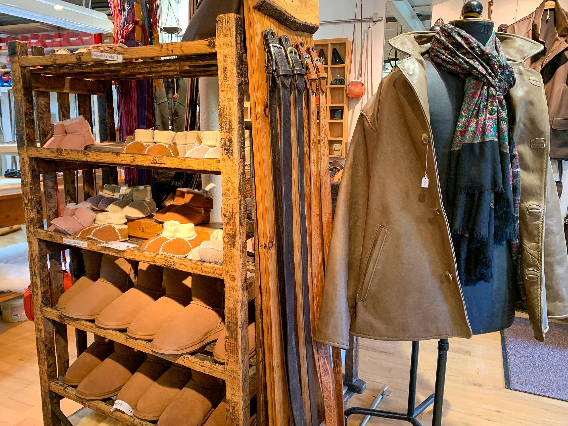 Schuhe und Jacken aus Leder