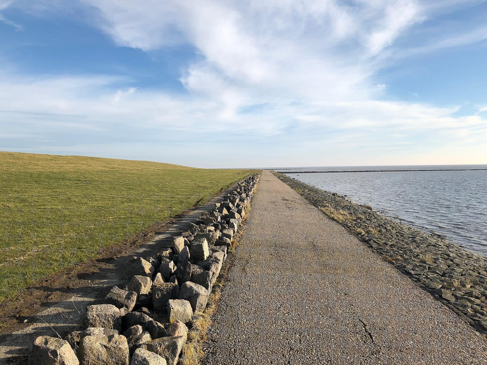 Asphalt-Weg zwischen Deich und Wattenmeer