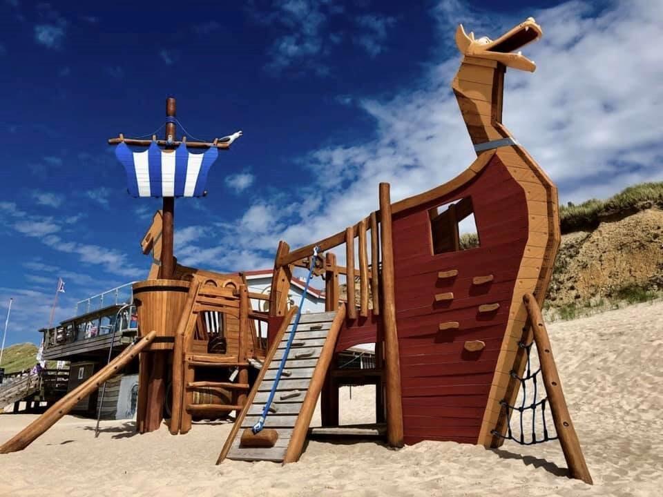 Piratenschiff am Strand